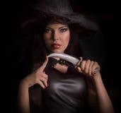 Mooie vrouw met zwarte mantel Royalty-vrije Stock Afbeeldingen