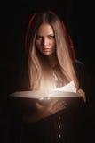 Mooie vrouw met zwarte mantel stock fotografie