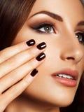 Mooie Vrouw met Zwarte Spijkers. Make-up en Manicure. stock afbeelding