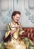 Mooie vrouw in middeleeuwse kleding met juwelen Royalty-vrije Stock Afbeelding