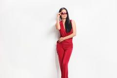 Mooie vrouw in modieuze kleren die op een muur leunen Royalty-vrije Stock Fotografie