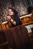 Mooie vrouw in nachtclub Stock Afbeelding