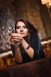 Mooie vrouw in nachtclub Stock Fotografie