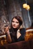 Mooie vrouw in nachtclub Stock Foto