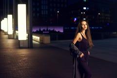 Mooie vrouw in nachtstad Stock Afbeeldingen