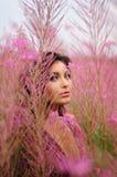 Mooie Vrouw onder de Bloemen Stock Afbeeldingen