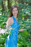 Mooie vrouw onder groene bladeren royalty-vrije stock afbeeldingen