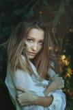Mooie vrouw onder pijnboomtakken Royalty-vrije Stock Afbeeldingen