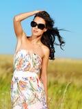 Mooie vrouw op aard in zwarte zonnebril Royalty-vrije Stock Foto