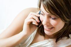 Mooie vrouw op cellphone Stock Afbeeldingen