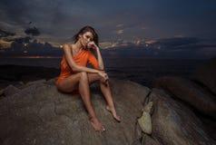 Mooie vrouw op de rotsen stock afbeelding