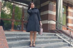 Mooie vrouw op de stappen van bureau Royalty-vrije Stock Foto