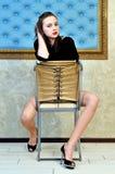 Mooie vrouw op de stoel. royalty-vrije stock fotografie