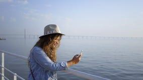 Mooie vrouw op dijk in zonnige ochtend stock video