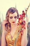 Mooie vrouw op een bloemgebied Stock Foto