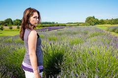 Mooie Vrouw op een gebied van purpere lavendel royalty-vrije stock afbeeldingen