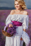 Mooie vrouw op een gebied van tot bloei komende lavendel Royalty-vrije Stock Fotografie