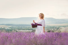 Mooie vrouw op een gebied van tot bloei komende lavendel Royalty-vrije Stock Foto
