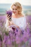 Mooie vrouw op een gebied van tot bloei komende lavendel Stock Afbeeldingen
