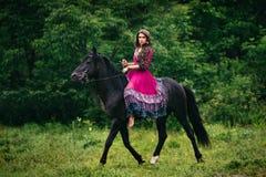 Mooie vrouw op een paard Royalty-vrije Stock Afbeeldingen