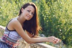Mooie vrouw op een zonnige dag Stock Afbeelding