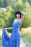 Mooie vrouw op gebied Stock Foto