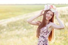 Mooie vrouw op gebied van bloemen Royalty-vrije Stock Foto's
