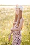 Mooie vrouw op gebied van bloemen Stock Foto's