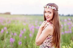 Mooie vrouw op gebied van bloemen Royalty-vrije Stock Foto
