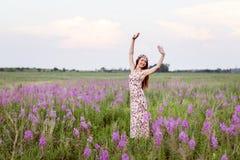 Mooie vrouw op gebied van bloemen Royalty-vrije Stock Fotografie