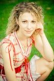 Mooie vrouw op groen gebied in de zomer Stock Foto's