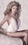 Mooie vrouw op het bed Royalty-vrije Stock Foto's