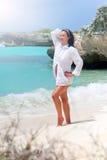 Mooie vrouw op het Caraïbische strand Stock Afbeelding