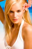 Mooie vrouw op het strand royalty-vrije stock afbeeldingen