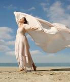 Mooie vrouw op het strand Stock Afbeeldingen
