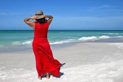 Mooie vrouw op het strand stock foto