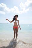 Mooie vrouw op het strand in het Strand van Miami stock afbeelding