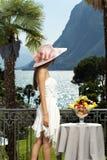Mooie vrouw op het terras Royalty-vrije Stock Afbeelding