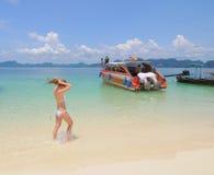 Mooie vrouw op Krabi-strand stock afbeeldingen