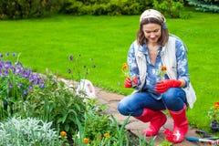 Mooie vrouw op middelbare leeftijd in een bloemtuin royalty-vrije stock foto's