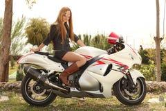 Mooie vrouw op motorfiets royalty-vrije stock afbeelding