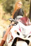 Mooie vrouw op motorfiets stock fotografie