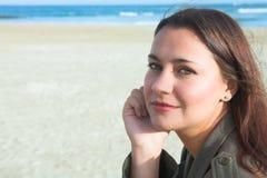 Mooie vrouw op strand Stock Fotografie