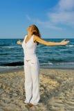 Mooie vrouw op strand Royalty-vrije Stock Afbeeldingen