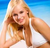 Mooie vrouw op strand Stock Foto's