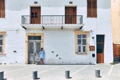 Mooie vrouw op traditionele Griekse huisachtergrond Stock Fotografie