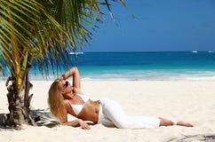 Mooie vrouw op tropisch strand Stock Fotografie