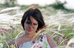 Mooie vrouw op weide stock fotografie