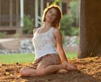 Mooie Vrouw in openlucht bij Zonsondergang Royalty-vrije Stock Afbeelding