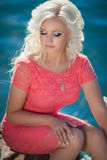 Mooie vrouw in openlucht, meisje op zee, de zomervakantie. Vrij blond op aard. gelukkige glimlachende vrouw Royalty-vrije Stock Afbeeldingen